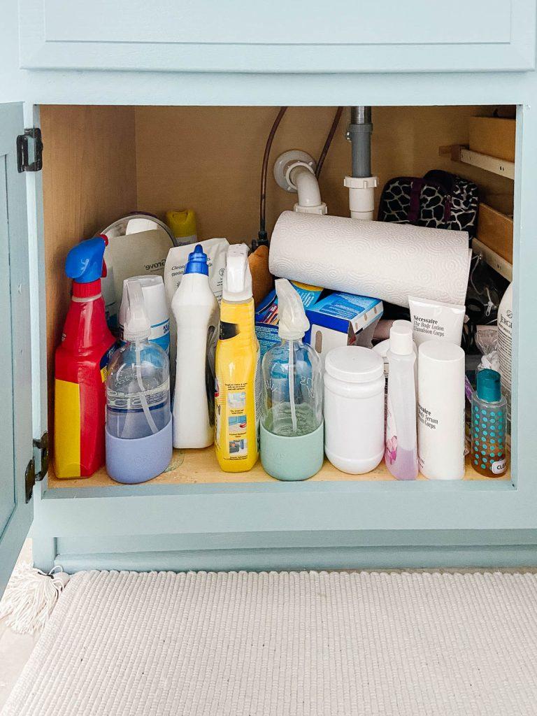 Armoire de salle de bains avec produits de nettoyage